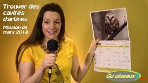 Mireille tient le calendrier Go oiseaux ouvert au moins de mars