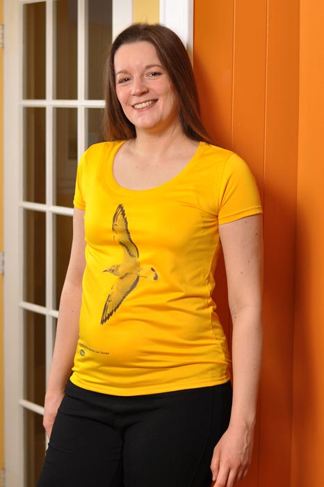 Mireille portant le chandail jaune de Mouette de Bonaparte